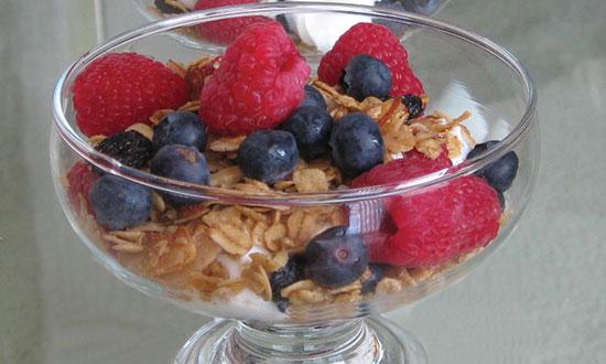 Berry granola yogurt parfait